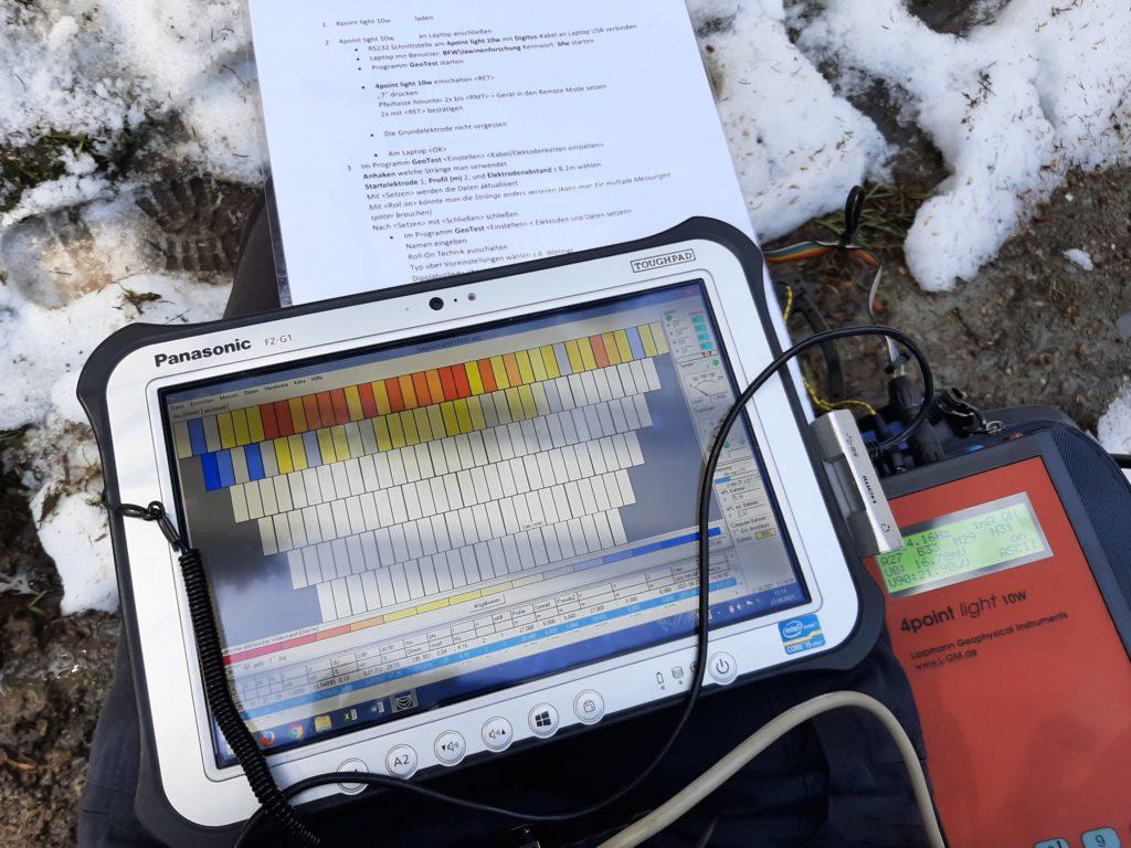 Blick auf ein Tablett, dort sieht man Felder, die blau, grün oder rot sind
