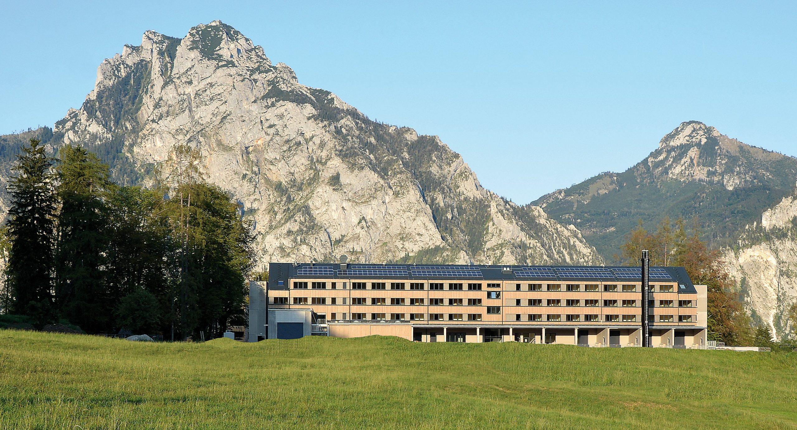 Der Waldcampus Österreich, im Hintergrund der Berg Traunstein