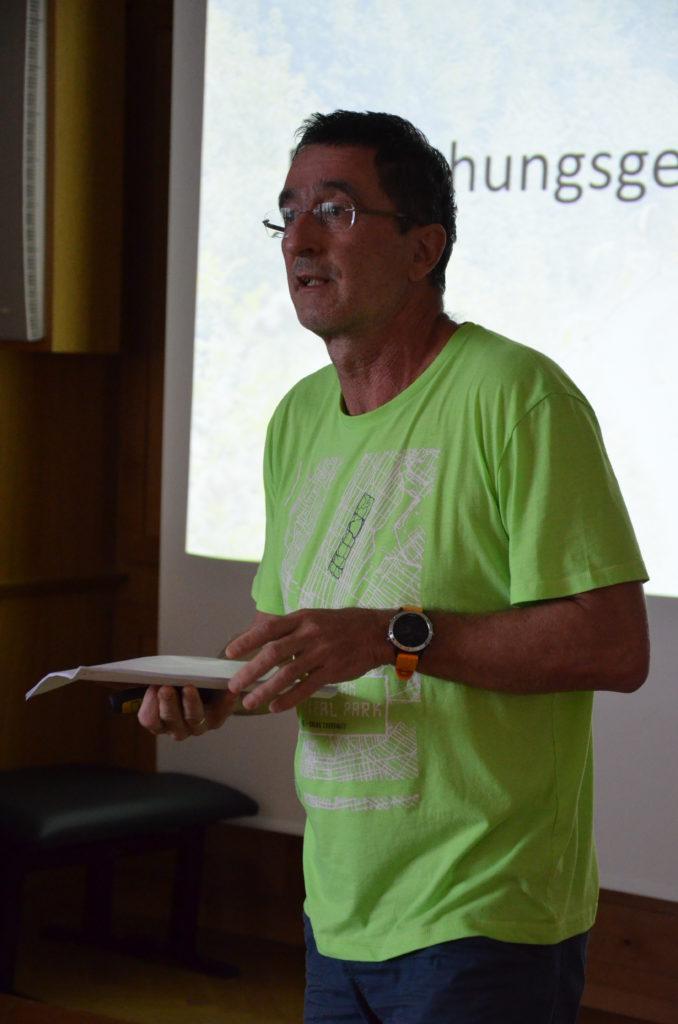 Referent Paul Hemmelmayr über psychotherapeutische Burschenarbeit im Wald