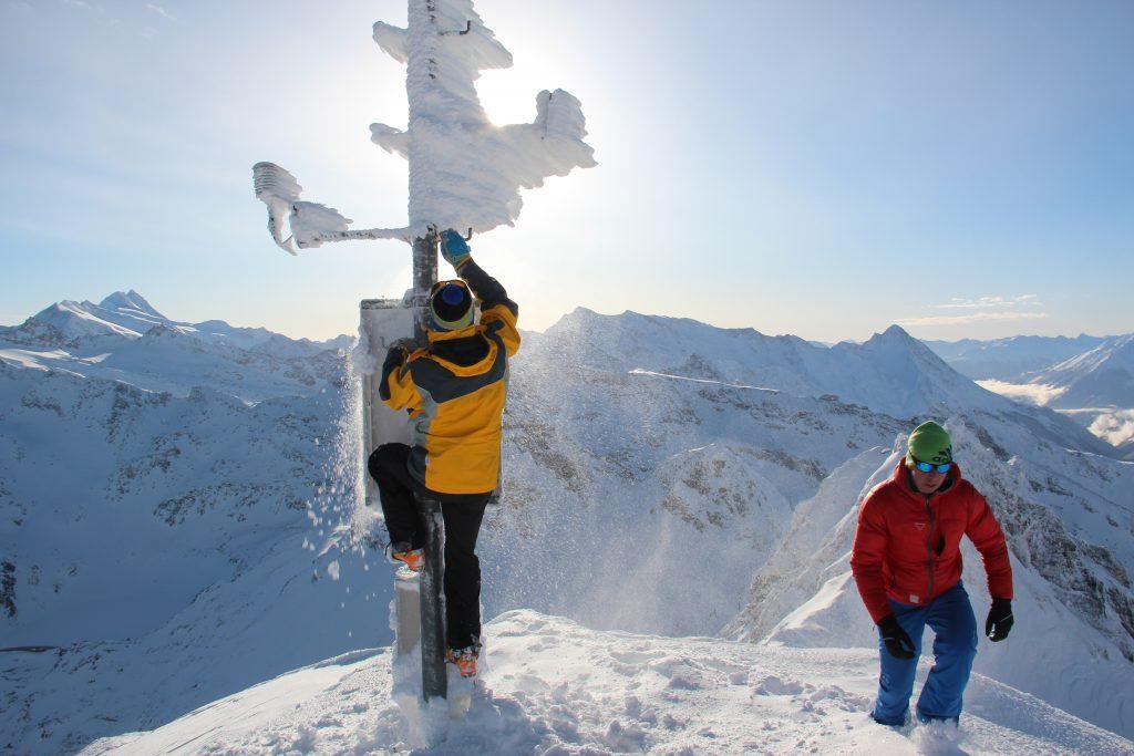 Ablesen von Schneewerten an eingeschneiten Messegerät. Fotonachweis: Lawinenwarndienst Tirol
