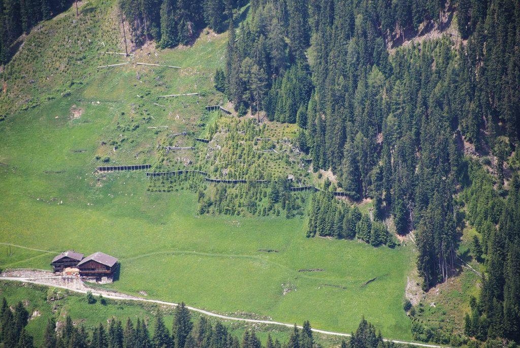 Objektschutzfunktion des Waldes - Schutzfunktion wird hier nicht erfüllt - daher aufwändige techische Maßnahmen erforderlich
