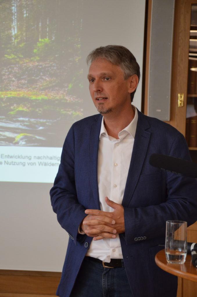 Vortragender über Gesundheitstourismus im Wald
