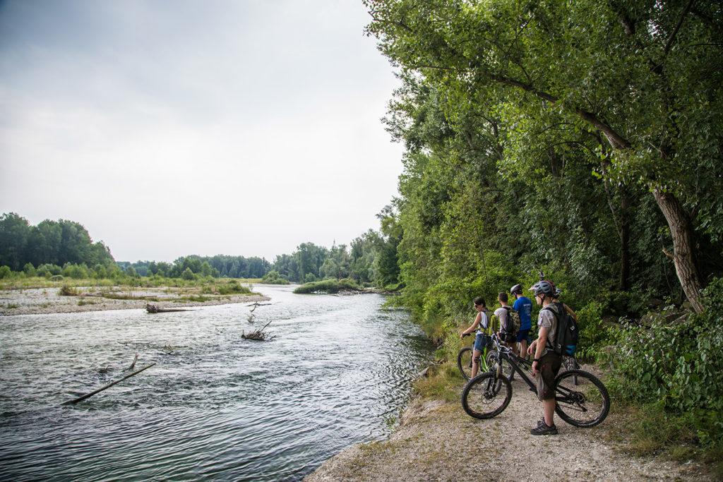 Fahrradfahrer am Fluss