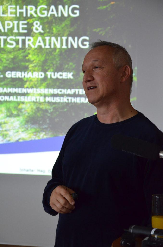 Referent Gerhard Tucek, Vortrag über Ausbildungen Waldthearpie und Waldgesundheitstrainer*innen