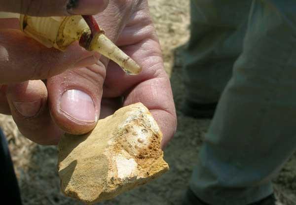 Stein, der mit Salzsäure beträufelt wird
