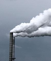 Rauchfahne eines Industrieschlotes