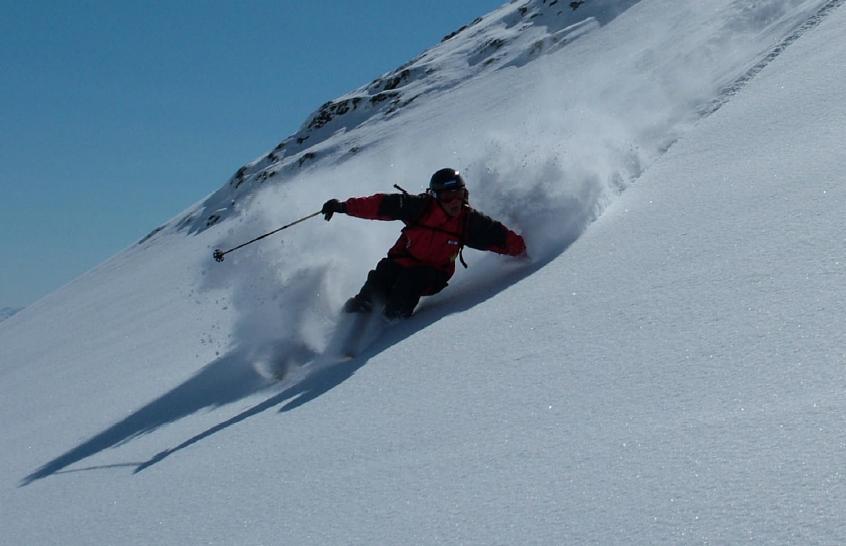 Skifahrer im Tiefschnee. Foto: Franz Deisenberger
