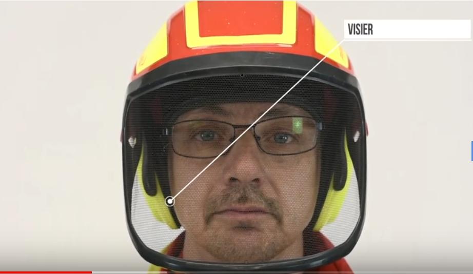 Waldarbeiter mit gelb-roten Helm